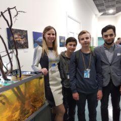 На фото  – студенты Данила Кикоть и Герман Никонов с мастерами акваскейпа и биотопных аквариумов – Моисеевой Евгенией и Лабутовым Олегом